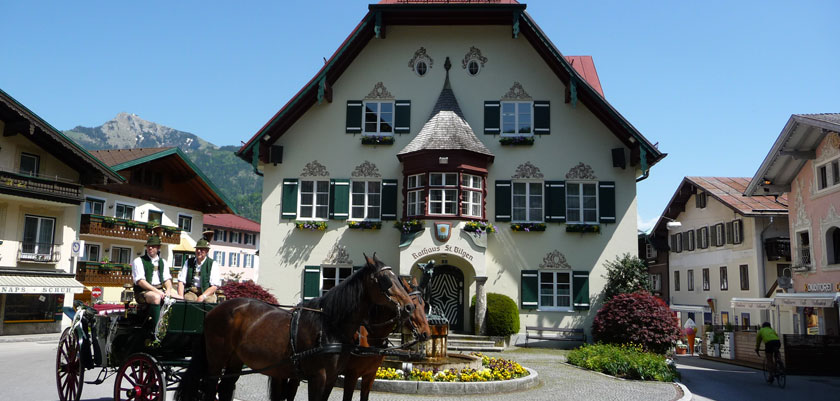 Austria_Salzkammergut_St-Gilgen_Horse-carriage.jpg
